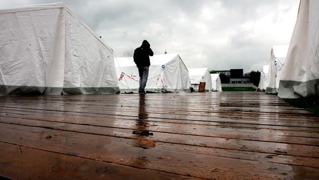 Das Zeltlager in Linz (Bild: APA/FOTOKERSCHI.AT/WERNER KERSCHBAUM)