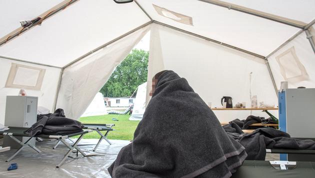 Ein Flüchtling am Mittwoch in einem Zelt in Linz (Bild: APA/FOTOKERSCHI.AT/WERNER KERSCHBAUM)