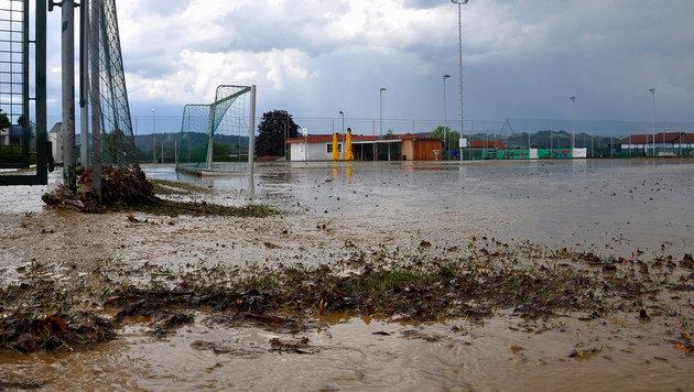 Der überschwemmte Sportplatz von Leitersdorf (Bild: APA/LFV/MEIER)