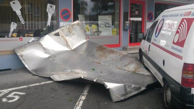 In Villach löste sich ein Blechdach-Teil und sorgte für einen Feuerwehreinsatz. (Bild: HFW Villach/KK)