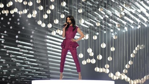 Conchita eröffnet die Final-Show des Song Contest. (Bild: AP)