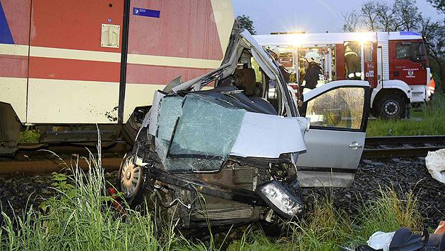 Eltern und drei Kinder bei Unfalldrama gestorben (Bild: APA/Paul Plutsch)