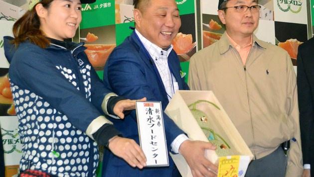 Klein und sündteuer, aber auch süß und saftig: die 11.000-Euro-Melonen aus Japan (Bild: AFP)