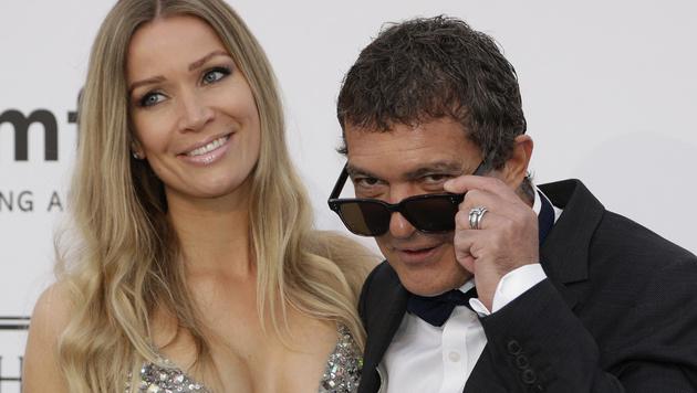 Antonio Banderas mit seiner neuen Freundin Nicole Kimpel (Bild: AP)