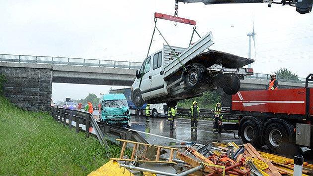 Der Kleinbus krachte im Rückstau in einen Pritschenwagen. (Bild: Einsatzdoku.at)
