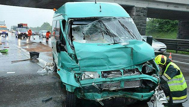 Bei dem Unfall wurden insgesamt zwölf Menschen teils schwer verletzt. (Bild: APA/EINSATZDOKU.AT/STEYRER)