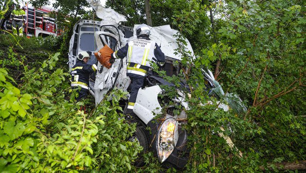 Für den 49-jährigen Beifahrer kam jede Hilfe zu spät. Der Wagen wurde völlig zerstört. (Bild: APA/ZEITUNGSFOTO.AT)