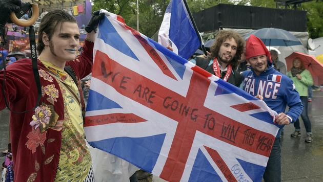 Die Fans lassen sich auch vom schlechten Wetter die Laune nicht verderben. (Bild: APA/HANS PUNZ)