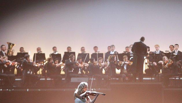 Geigerin Lidia Baich und die Wiener Philharmoniker während der Eröffnung (Bild: GEORG HOCHMUTH)