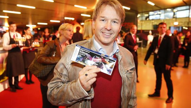 Serge Falk zeigt stolz sein VIP-Ticket. (Bild: Reinhard Holl)