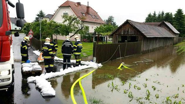 Zahlreiche Feuerwehreinsätze nach Dauerregen (Bild: APA/FEUERWEHR MURECK/UNBEKANNT)