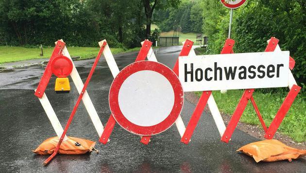 Zahlreiche Feuerwehreinsätze nach Dauerregen (Bild: APA/FEUERWEHR/C. KARNER)