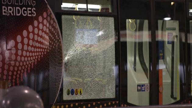 Im Zuge der Schießerei ging auch eine Scheibe der Straßenbahn kaputt. (Bild: APA/HANS PUNZ)