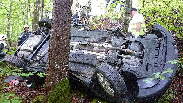 Ein Baum verhinderte einen weiteren Absturz des schwer ramponierten Autos. (Bild: APA/ÖAMTC/UNBEKANNT)