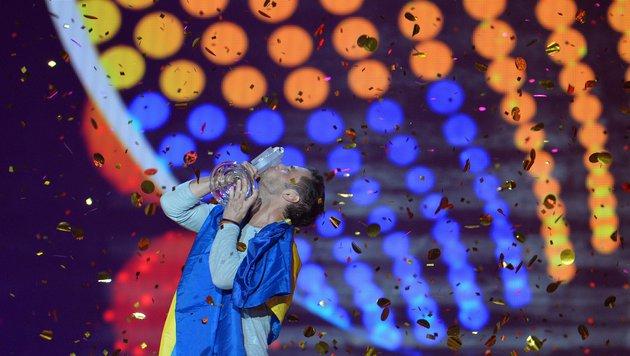 Mans Zelmerlow küsst den Siegerpokal. (Bild: AP/Kerstin Joensson)