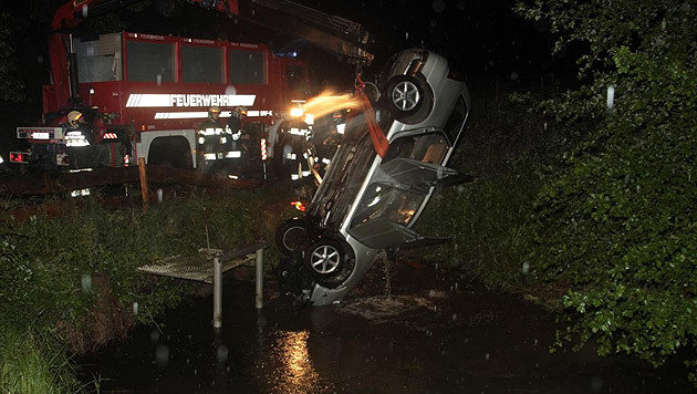 Die Feuerwehr barg das Unfallwrack aus dem Teich. (Bild: Feuerwehr St. Veit)