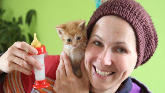 Tina Kleindienst ist schon ihr ganzes Leben Expertin in der Katzenaufzucht. (Bild: Uta Rojsek-Wiedergut)