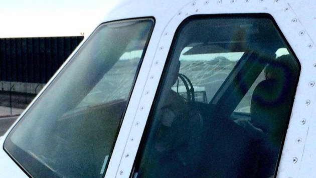 Ein Passagier machte nach der Landung dieses Foto der beschädigten Scheibe auf der Co-Piloten-Seite. (Bild: Joao Alves)