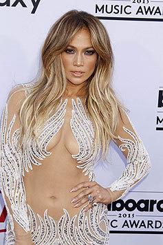 Auch mit 45 und zwei Kindern sieht Jennifer Lopez keinen Grund, sich zu bedecken. (Bild: AFP)