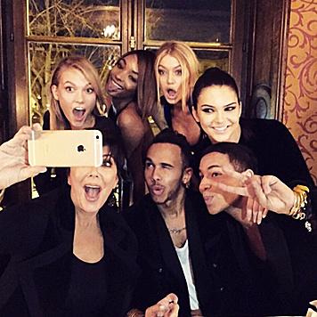 Einmal bitte recht freundlich! Auch Lewis Hamilton feiert gern mit den Mädels. (Bild: Viennareport)
