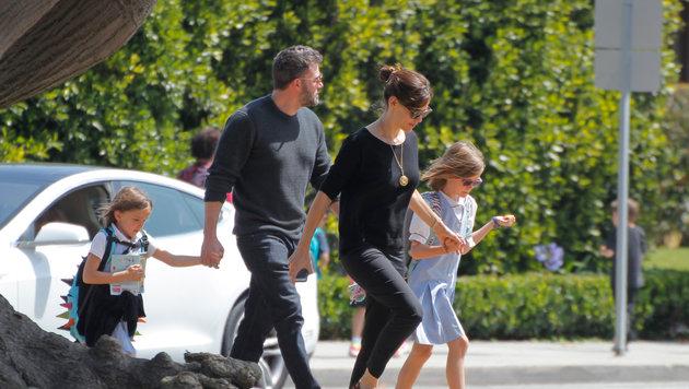 Ben Affleck und Jennifer Garner mit den Töchtern Seraphina und Violet auf dem Weg zu einem Eissalon (Bild: Viennareport)