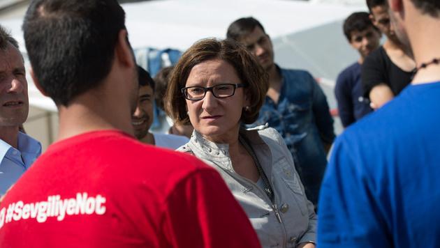 Innenministerin Johanna Mikl Leitner mit Flüchtlingen am Gelände der Landespolizeidirektion in Linz. (Bild: APA/FOTOKERSCHI.AT/WERNER KERSCHBAUM)