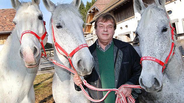 Tier-Papst Michael Aufhauser mit Schützlingen auf Gut Aiderbichl (Bild: Markus Tschepp)
