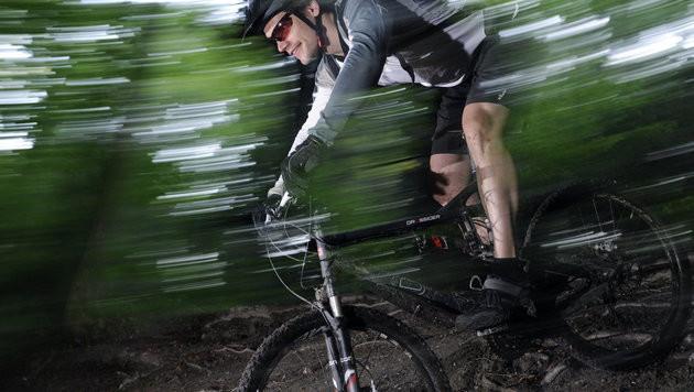 Österreicher gegen Mountainbiker in Waldgebieten (Bild: APA/TOBIAS HASE (Symbolbild))