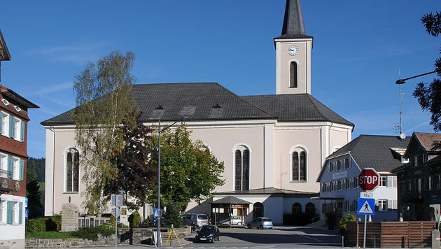 In dieser Vorarlberger Pfarre sind die syrischen Flüchtlinge derzeit untergebracht. (Bild: Wikipedia/Böhringer Friedrich)