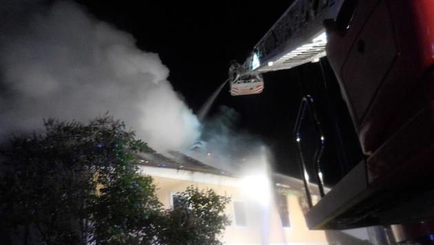 Von einer Drehleiter aus löschten die Florianis das Feuer. (Bild: FF Leoben Stadt)