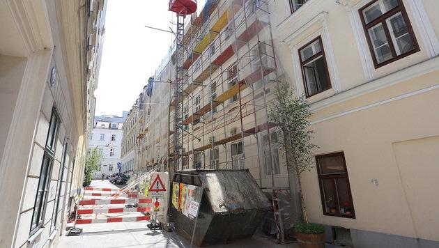 Das Gesimsteil löste sich aus der Fassade des Hauses in der Wiener Myrthengasse. (Bild: Zwefo)
