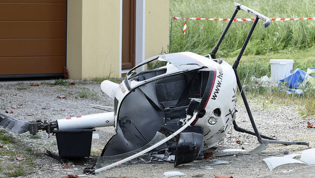 Helikopter stürzt auf Haus: Zwei Schwerverletzte (Bild: APA/HELMUT FOHRINGER)