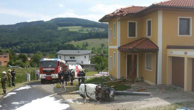 Helikopter stürzt auf Haus: Zwei Schwerverletzte (Bild: Einsatzdoku.at)