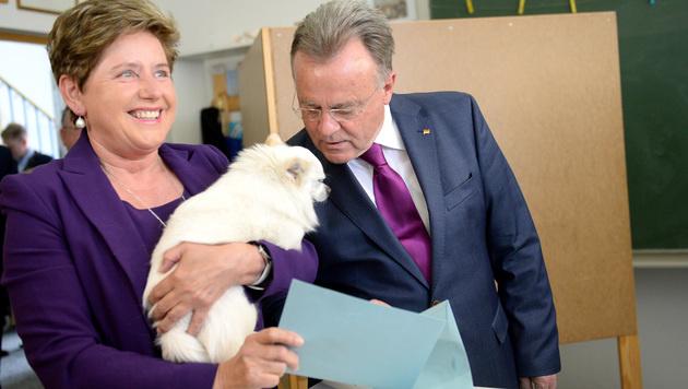 """Familienhund """"Rico"""" kam mit Landeshauptmann Niessl und Gattin Christine auch mit ins Wahllokal. (Bild: APA/ROLAND SCHLAGER)"""