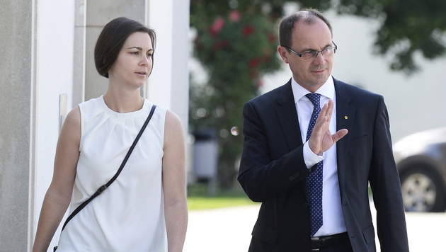Der Spitzenkandidat der ÖVP und Landeshauptmannstellvertreter Franz Steindl mit Tochter Alexandra (Bild: APA/ROBERT JAEGER)