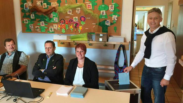 Der grüne Spitzenkandidat Lambert Schönleitner bei der Stimmabgabe (Bild: APA/BERNHARD PEKARI)