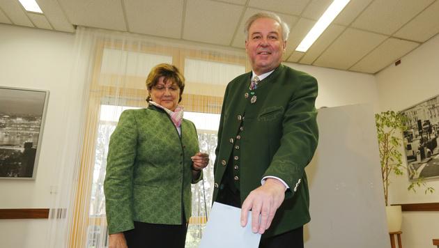 Landeshauptmannstellvertreter Hermann Schützenhöfer (ÖVP) mit Gattin Marianne (Bild: APA/ERWIN SCHERIAU)