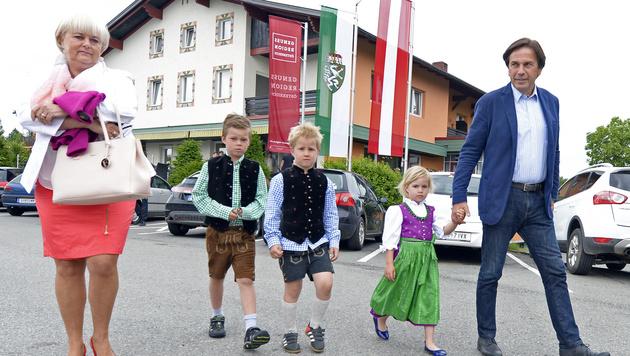 Landeshauptmann Voves mit Gattin Ingrid und seinen Enkelkindern Luisa, Benjamin und Jakob (Bild: APA/HANS KLAUS TECHT)
