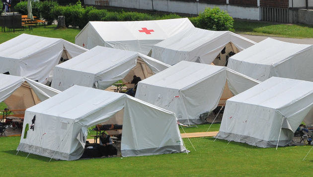 Die provisorischen Zeltunterk�nfte in Linz f�hren bei einigen Asylwerbern zu Frust. (Bild: Horst Ein�der)
