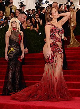 """Die aktuellen Modetrends setzen ganz auf den """"Side Bum"""", wie Jennifer Lopez beweist. (Bild: Charles Sykes/Invision/AP)"""