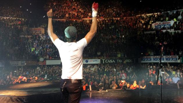 Iglesias performt mit blutiger Hand. (Bild: AP/Francis Ramsden)
