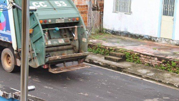 Nachdem der Müllmann den Hund in die Presse geworfen hatte, fuhr der Wagen davon. (Bild: privat)