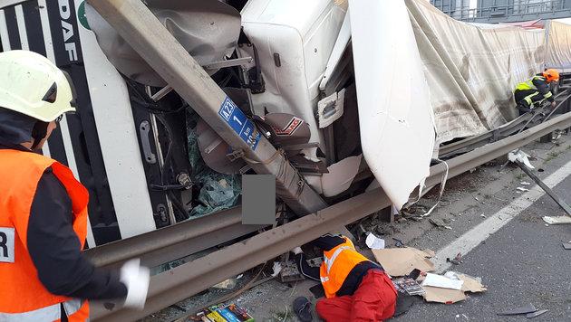 Der Laster hatte einen Teil der Leitschiene durchbrochen. (Bild: BERUFSRETTUNG WIEN/MA 70)