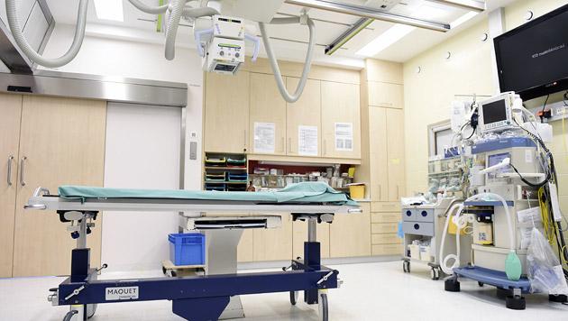 Ärzte operieren Frau 27 Kontaktlinsen aus dem Auge (Bild: APA/Helmut Fohringer)