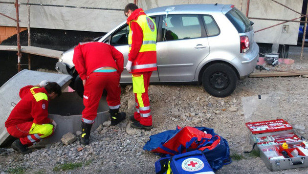 Die Feuerwehr rettete die verletzte 65-Jährige aus etwa zweieinhalb Metern Tiefe. (Bild: APA/FF TRAISEN-MARKT)
