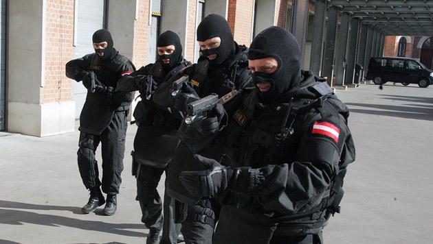 Betender mit großer Jacke löst Cobra-Einsatz aus (Bild: Andi Schiel (Symbolbild))