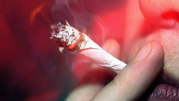 Duo rauchte während Autofahrt Joint - gefasst (Bild: APA/DPA/TORSTEN LEUKERT)