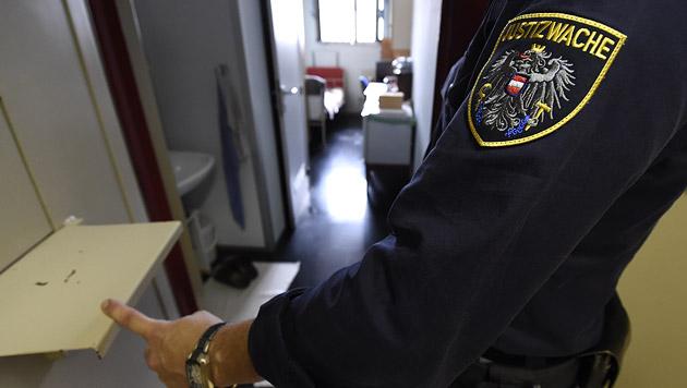 Häftling legt in seiner Zelle Feuer - verletzt (Bild: APA/Helmut Fohringer)