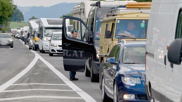 Kilometerlange Staus auf Österreichs Transitrouten (Bild: APA/HARALD SCHNEIDER (Symbolbild))