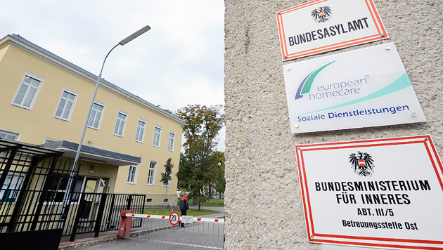 """""""Personenschutz"""" f�r Kinder in Traiskirchen (Bild: APA/HANS KLAUS TECHT)"""